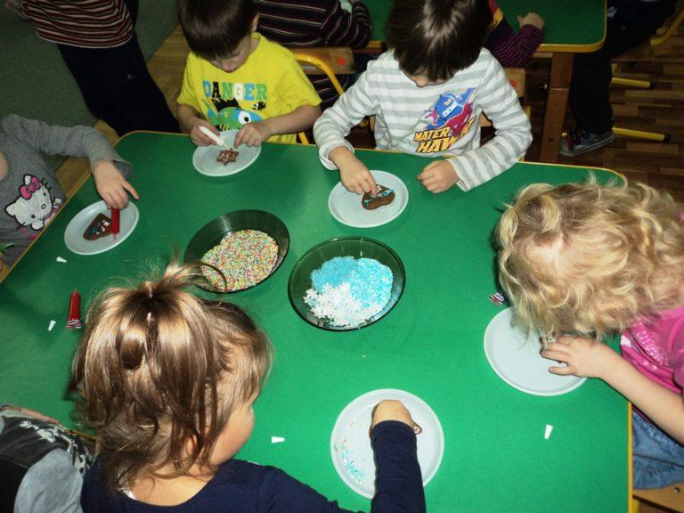Dzieci dekorują ciasteczka