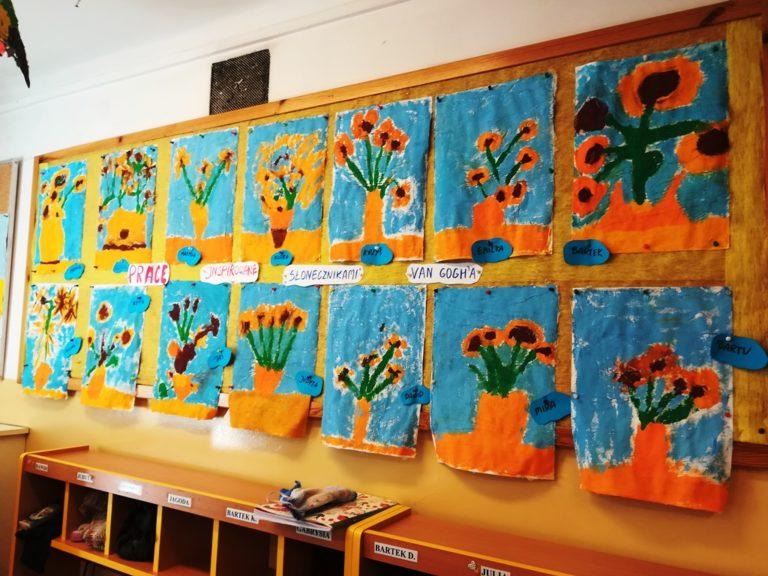 Wystawa obrazków namalowanych przezprzedszkolaki