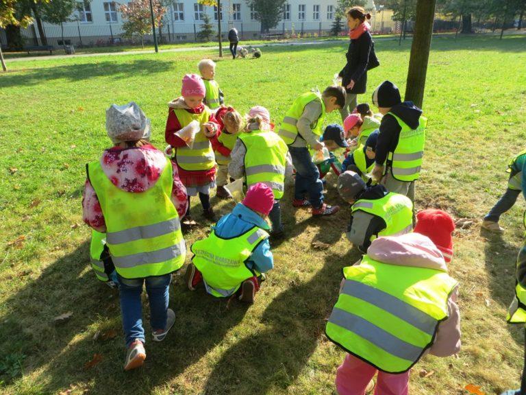 Przedszkolaki wparku. Ubrane wodblaskowe kamizelki