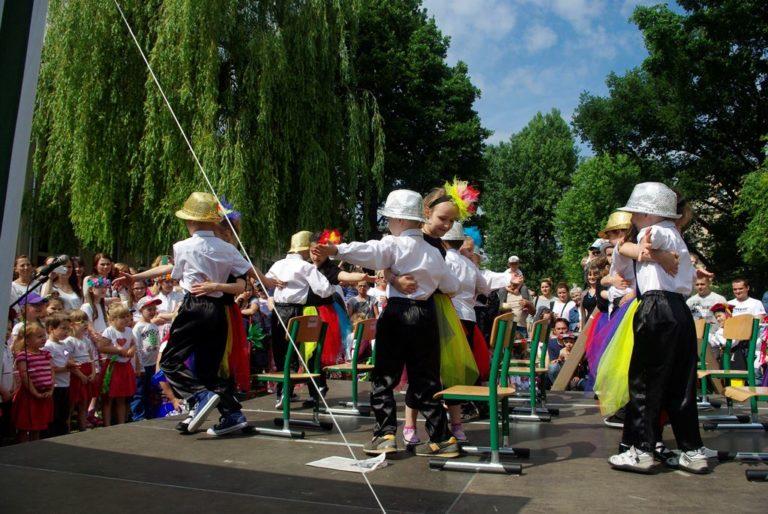 Przedszkolaki tańczą nascenie