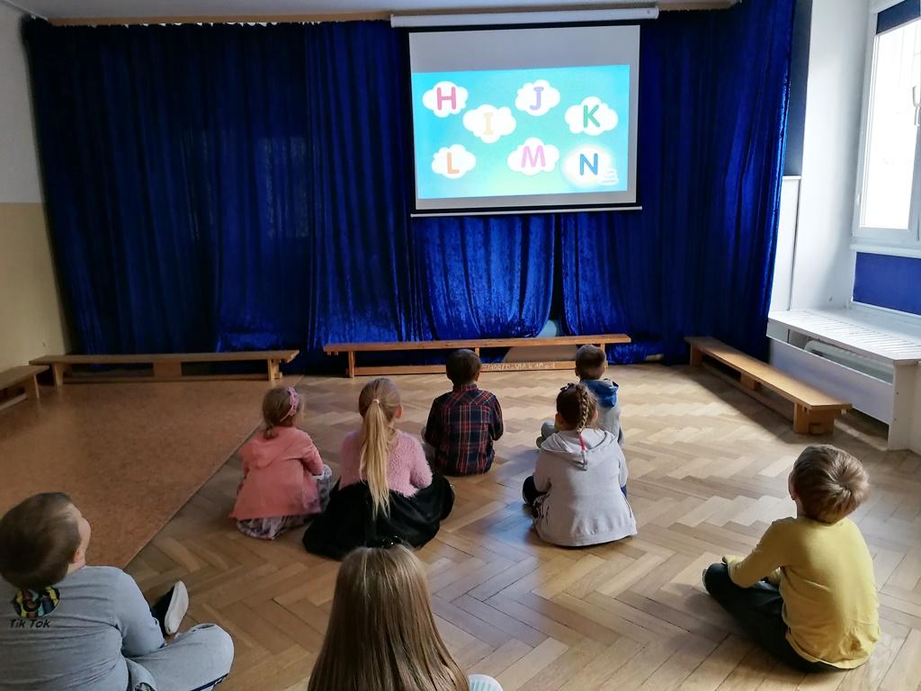 dzieci uczą się alfabetu poangielsku