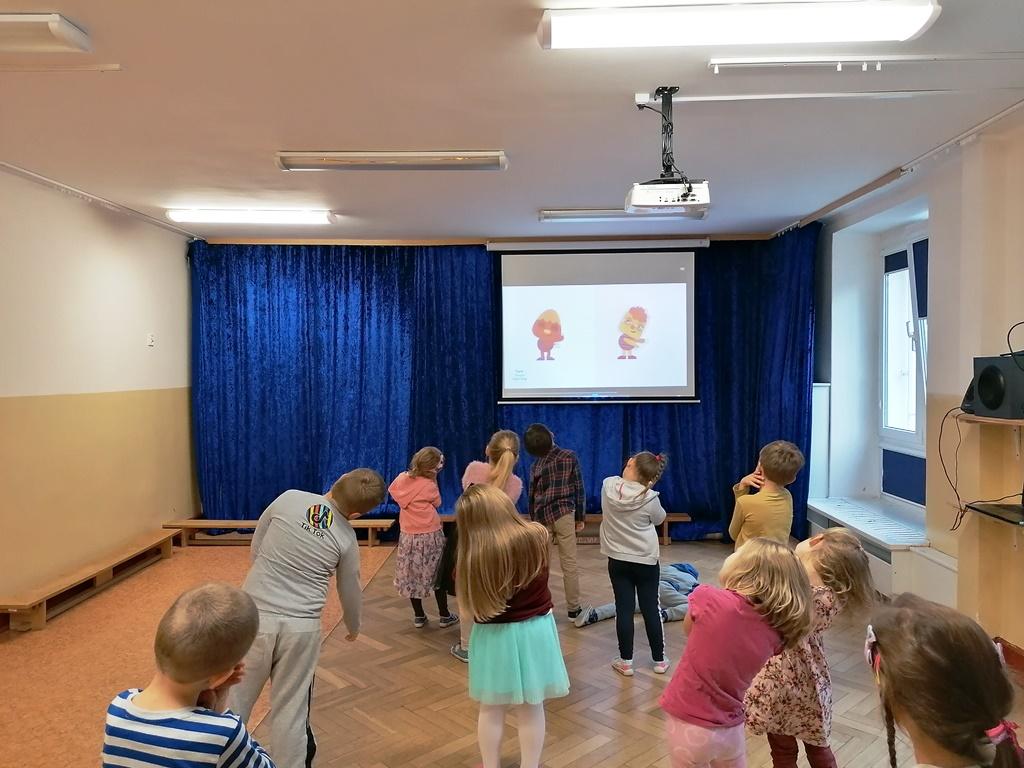dzieci naśladują ruchy wpiosence