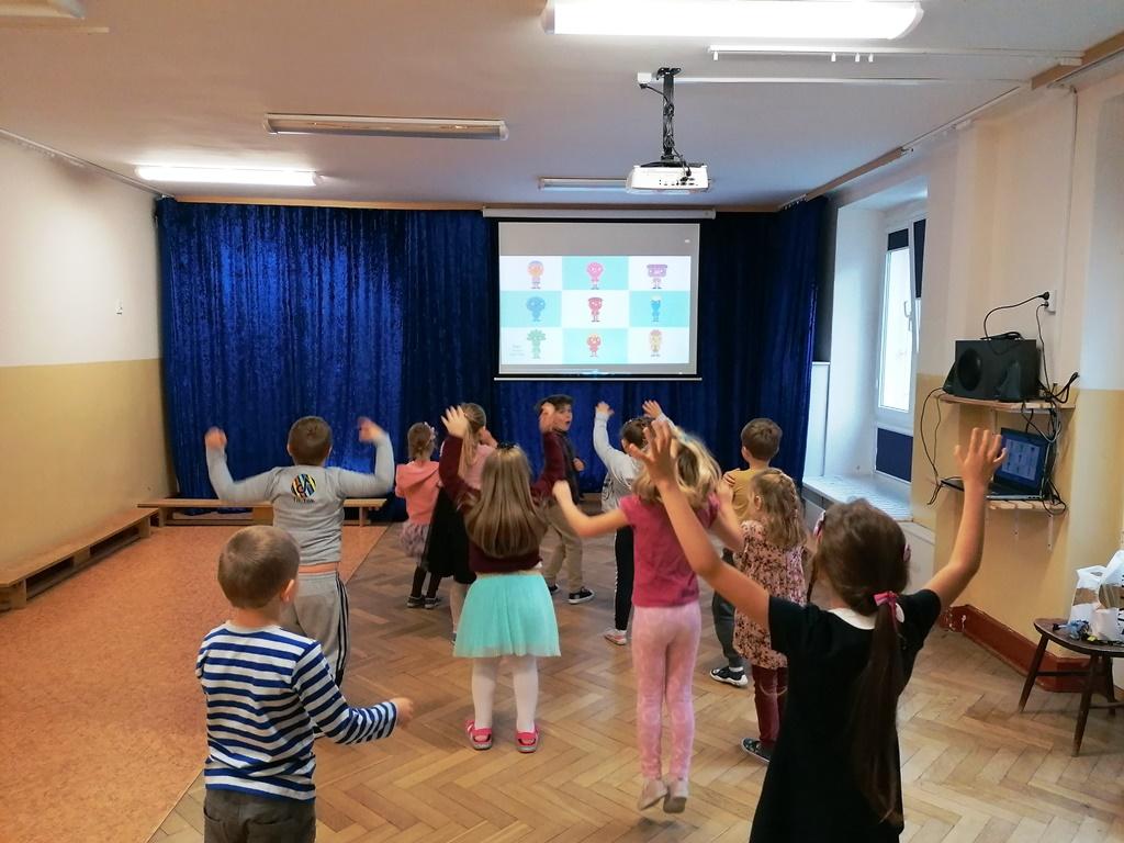 dzieci tańczą wgrupie