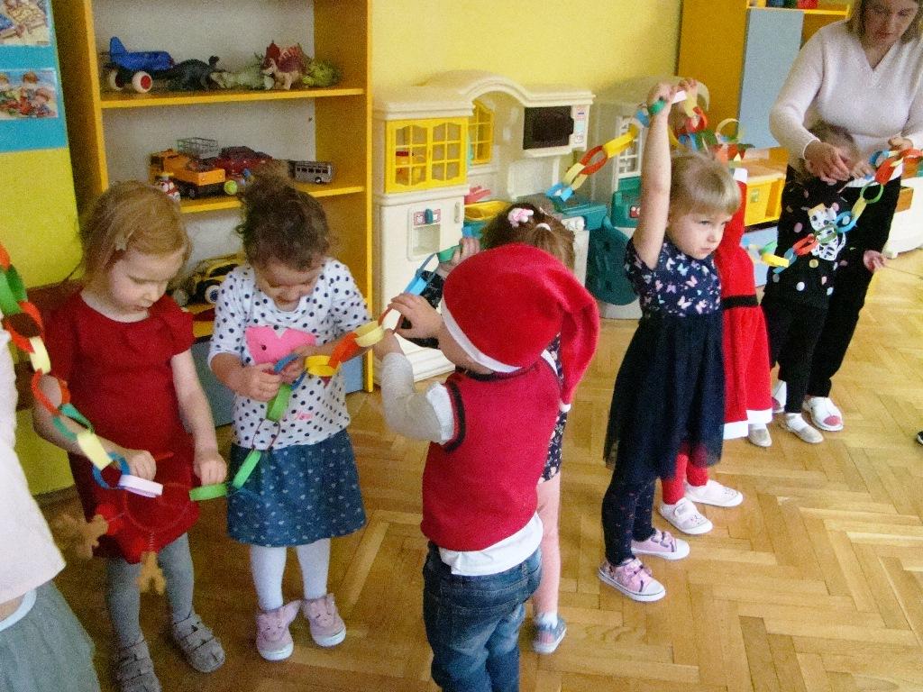dzieci prezentują długi łańcuch zkolorowego papieru