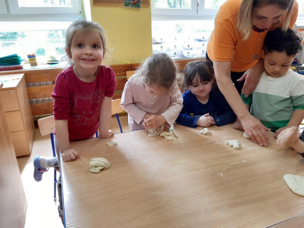 dzieci tworzą zmasy solnej - wycinają misie iserduszka