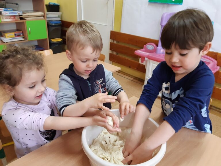 dzieci wyrabiają wmisce masę solną