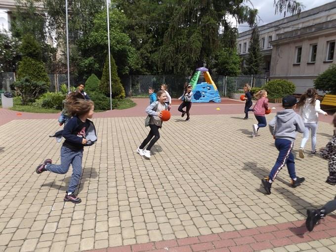 dzieci ćwiczą napowietrzu
