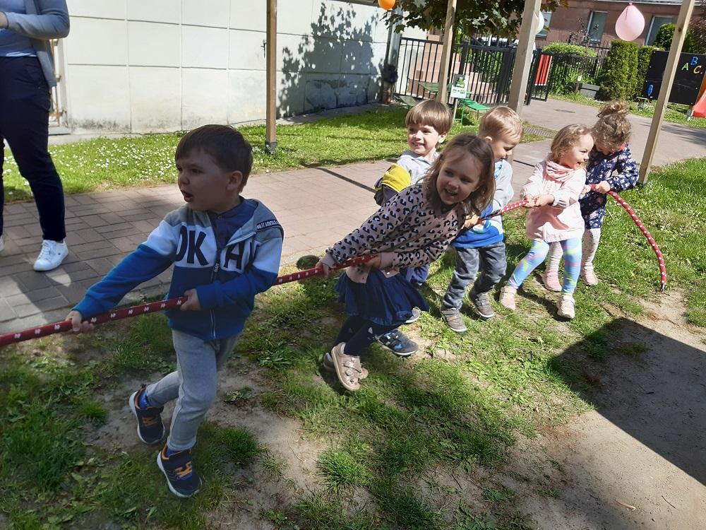 dzieci trzymają linę, konkurencja - przeciąganie liny